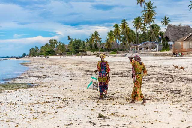 Insel Sansibar - Strand mit Einheimischen