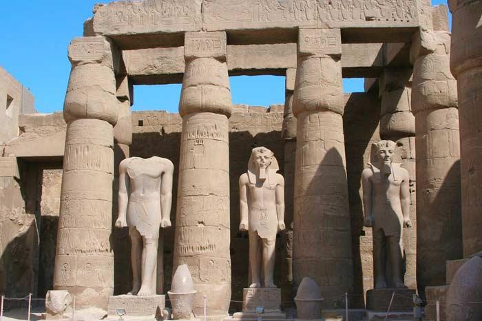 Karnak Tempel Luxor zeigt die Kleidung der alten Pharao Ägypter
