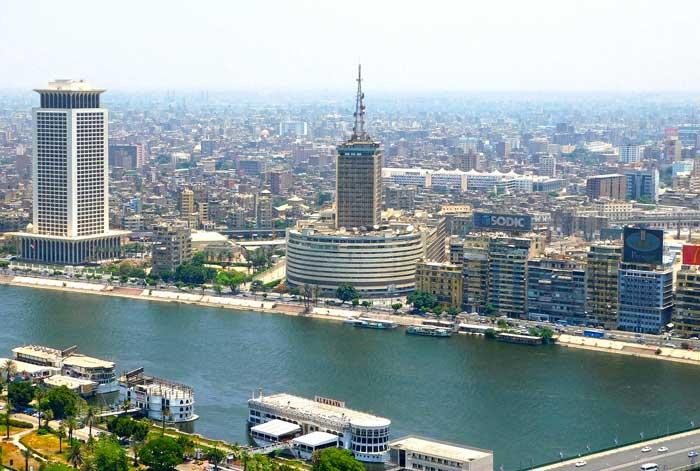 Der Nil fließt durch Kairo