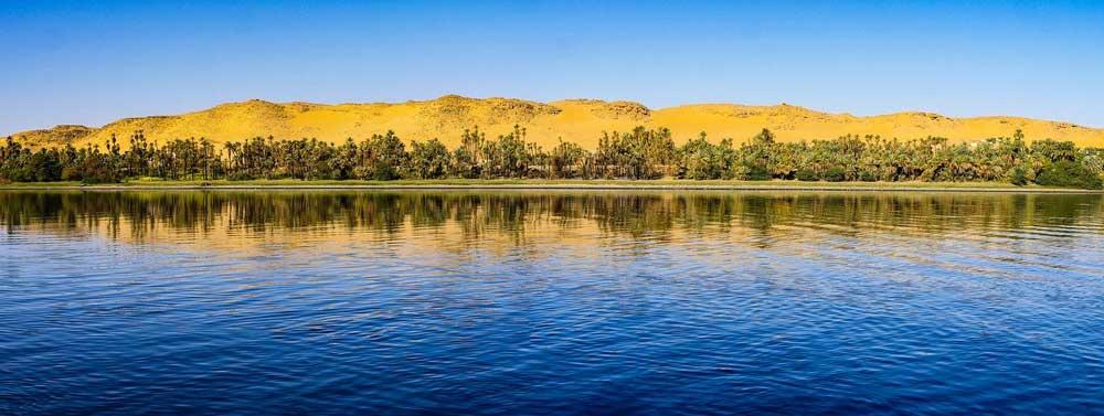 Der Fluss zieht sich als Wasserader durch die Wüste